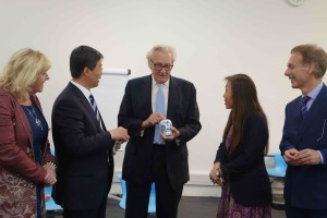 Mr Zhu Tiezhi presented Chinese tea to Lord Heseltine after his talk to the delegation.